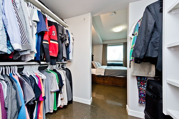 Large Walk in Closet - Calgary Rental