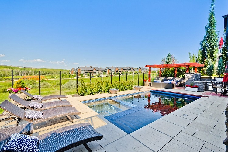Beautiful backyard with pool in Calgary Home for rent