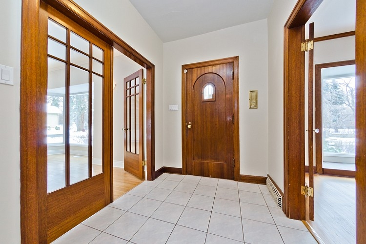 Large entrance in Mount Royal home
